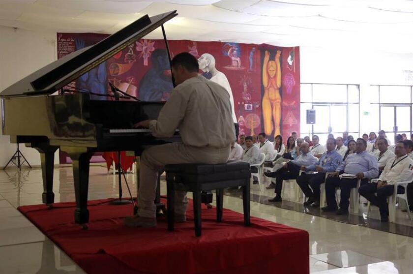 Un interno toca el piano durante un recorrido de supervisión realizado a los centros penitenciarios que conforman el Complejo Federal de Islas Marías, en las costas de Nayarito (México) hoy, domingo 29 de enero de 2017. EFE/CNS/SOLO USO EDITORIAL