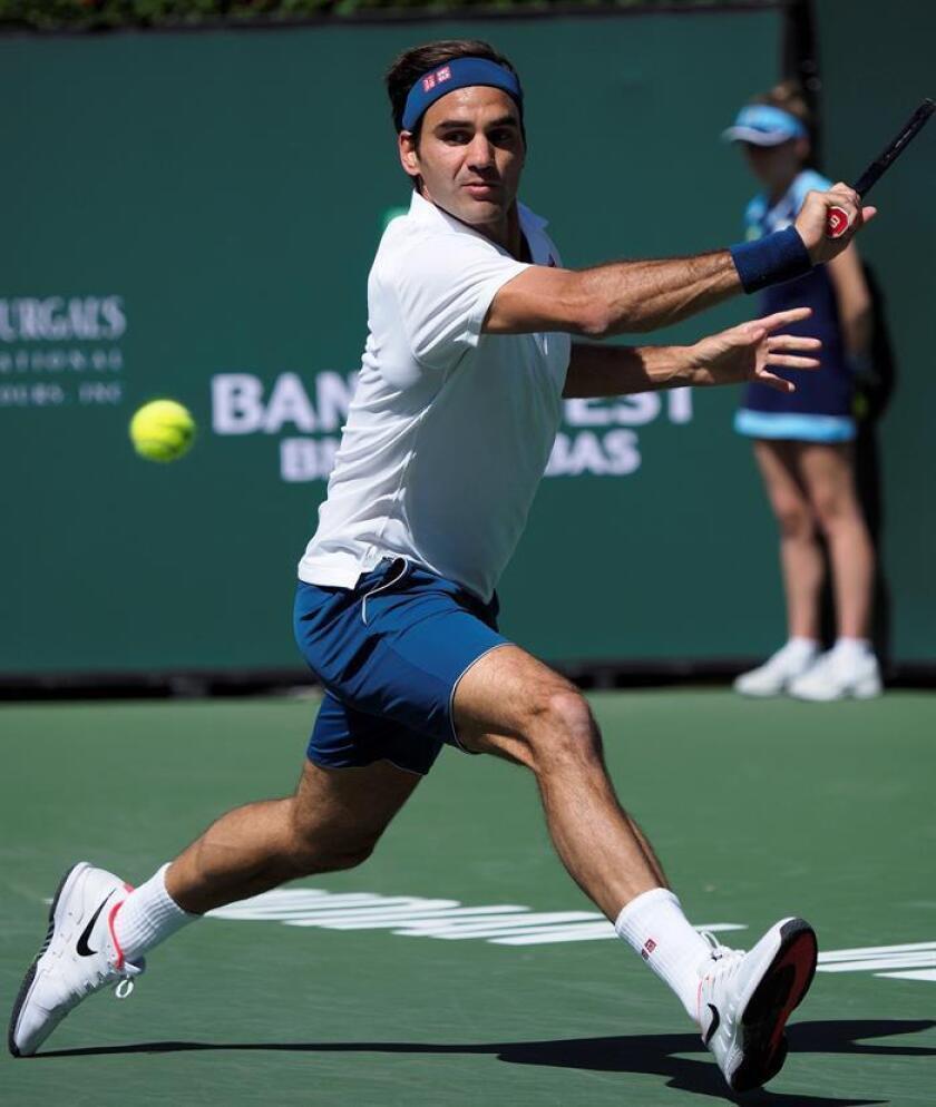 El tenista suizo Roger Federer se enfrenta al polaco Hubert Hurkacz durante su encuentro en los cuartos de final del torneo Indian Wells en California, este viernes. EFE