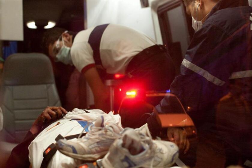 Vista de varios paramédicos que estabilizan a una persona que fue lesionada. Un sacerdote fue asesinado a puñaladas en su parroquia del Estado de México con lo que se eleva a 22 el número de miembros de la iglesia Católica asesinados en los últimos seis años, anunció hoy el Arzobispado. EFE/Archivo