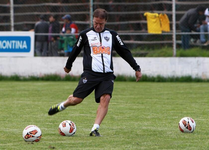 "The Atletico Mineiro coach, Alexi Stival ""Cuca"" training his team on March 11, 2013, at the Tembladerani stadium in Bolivia. EPA- EFE FILE/Martín Alipaz"