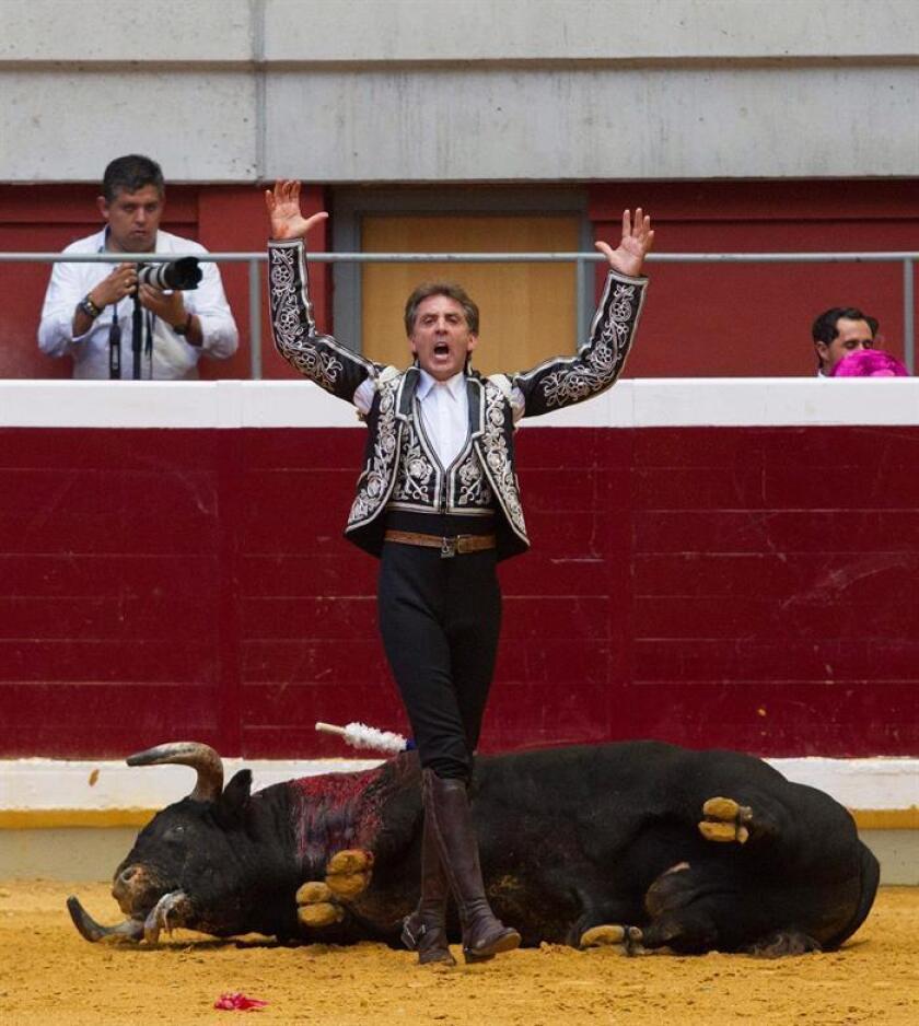El rejoneador Pablo Hermoso de Mendoza con el primero de la tarde, durante la última corrida de la Feria de San Mateo celebrada en la plaza de toros de Logroño. EFE/Archivo