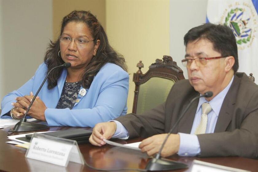 La viceministra para los Salvadoreños en el Exterior, Liduvina Magarín (i), concluyó hoy una visita a las ciudades tejanas de El Paso, Laredo y McAllen, fronterizas con México, con el objetivo de verificar las condiciones en las que se encuentran los inmigrantes que llegan de su país. EFE/ARCHIVO
