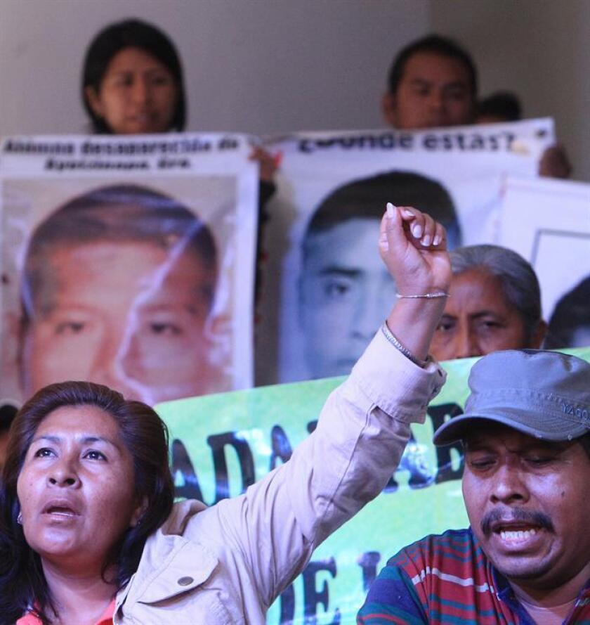 Fotografía de archivo fechada el 9 de febrero de 2015 que muestra a familiares de los normalistas de Ayotzinapa desaparecidos mientras ofrecen una rueda de prensa en Ciudad de México (México). EFE/Archivo