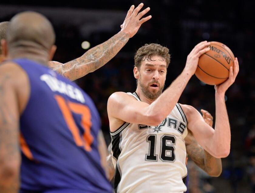 El jugador de Spurs Pau Gasol recibe el balón hoy, miércoles 28 de diciembre de 2016, durante un partido entre Suns y Spurs por la NBA, en San Antonio, Texas (EE.UU.). EFE