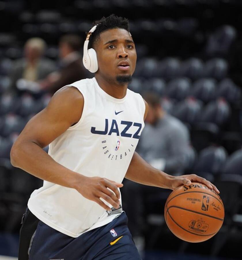 El jugador de Utah Jazz, Donovan Mitchell, calienta Antes de un partido de NBA. EFE/Archivo
