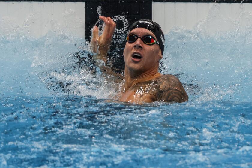 US Caeleb Dressel mira la pantalla de cronometraje inmediatamente después de ganar los 100 metros estilo libre masculino el jueves.