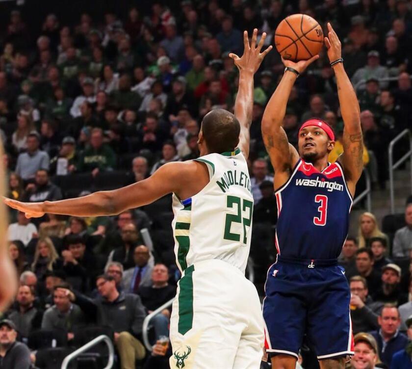 El escolta Bradley Beal (d) de Washington Wizards en acción ante el alero Khris Middleton (i) de Milwaukee Bucks durante un juego de la NBA. EFE/Archivo