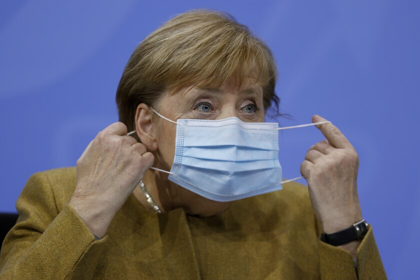 La canciller alemana Angela Merkel se retira la mascarilla el miércoles 25 de noviembre de 2020