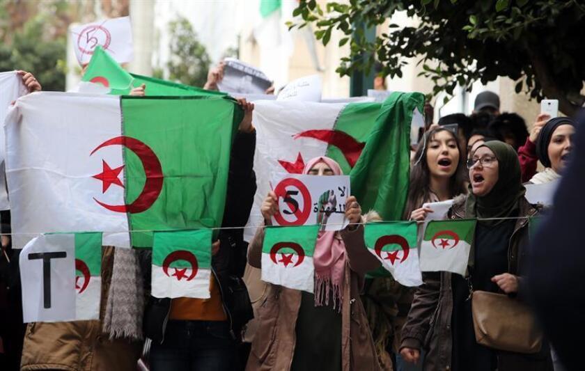 Estudiantes de la Universidad de Argelia protestan el martes 26 de febrero de 2019, en Argel (Argelia) en contra de la candidatura del presidente Abdelaziz Bouteflika a su reelección en las elecciones del 18 de abril. EFE/Archivo