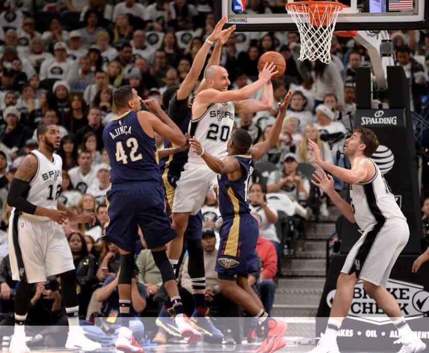 Pau Gasol (i) y Manu Ginobili (c) de Spurs ante Alexis Ajinca (2i) Pelicans durante un juego de la NBA en San Antonio, Texas. EFE