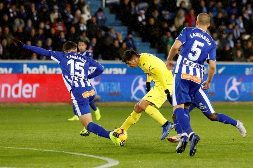 El delantero del Villarreal, Gerard Moreno (c), lucha con Ximo Navarro (i), del Alavés, durante el partido de la décima jornada de Liga en Primera División. EFE/Archivo