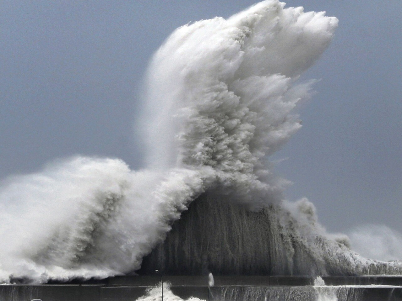 Fuertes olas estrellaron ccontra los muelles y dañaron la infraestrucctura mercante...