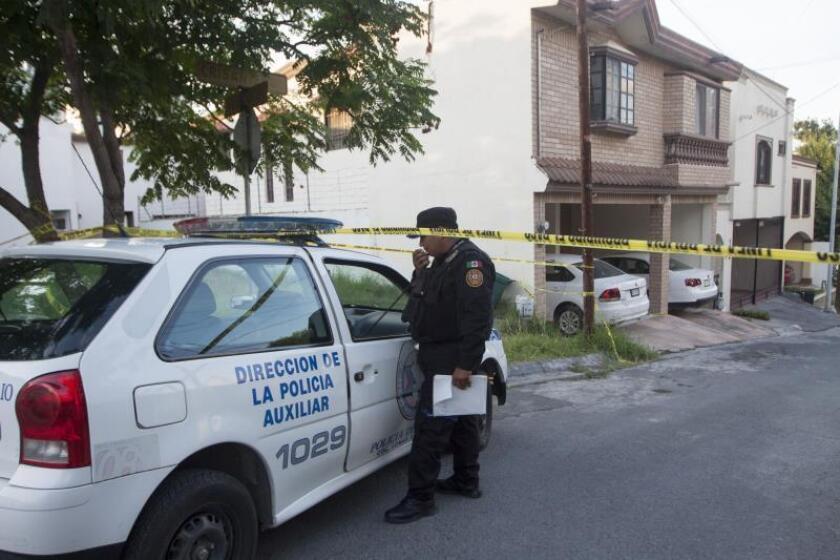 Policías auxiliares resguardan el domicilio de la periodista mexicana Alicia Díaz González, en la ciudad de Monterrey, Nuevo León, donde fue encontrada muerta .EFE/Archivo