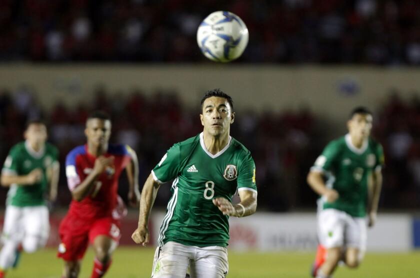 Marco Fabián (c) de México en acción ante Panamá, en el partido por la clasificación al mundial Rusia 2018, que se disputó en Ciudad de Panamá.