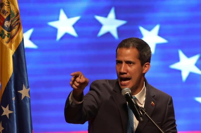 El presidente de la Asamblea Nacional de Venezuela y proclamado presidente interino, Juan Guaidó, habla durante un evento con trabajadores en la Universidad Central de Venezuela, en Caracas (Venezuela). EFE/Archivo