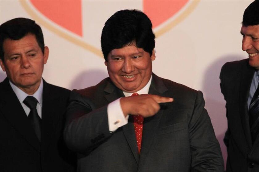 En la imagen, el presidente de la Federación Peruana de Fútbol (FPF), Edwin Oviedo (c). EFE/Archivo