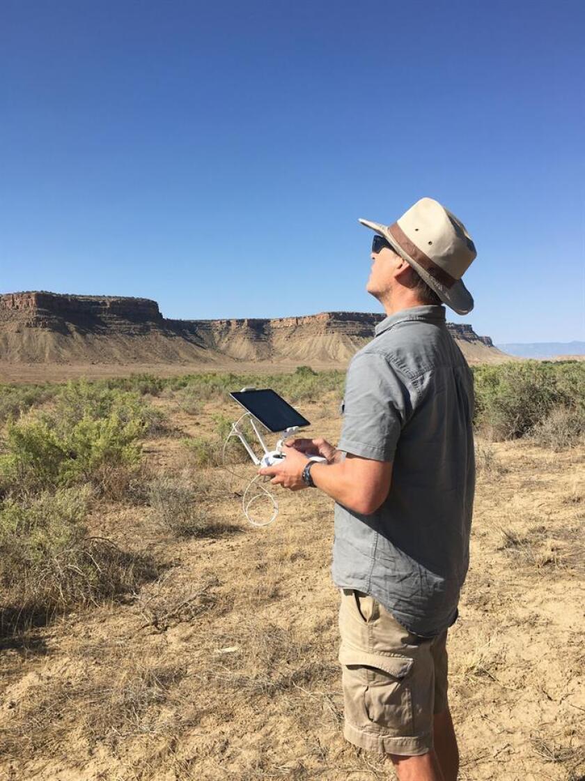 Fotografía sin fecha cedida por James Potter, director ejecutivo de la Fundación PaleoWest, en donde aparece volando un dron en un sitio arqueológico no especificado en el suroeste de Colorado (EE.UU.). EFE/Archivo James Potter/SOLO USO EDITORIAL/NO VENTAS