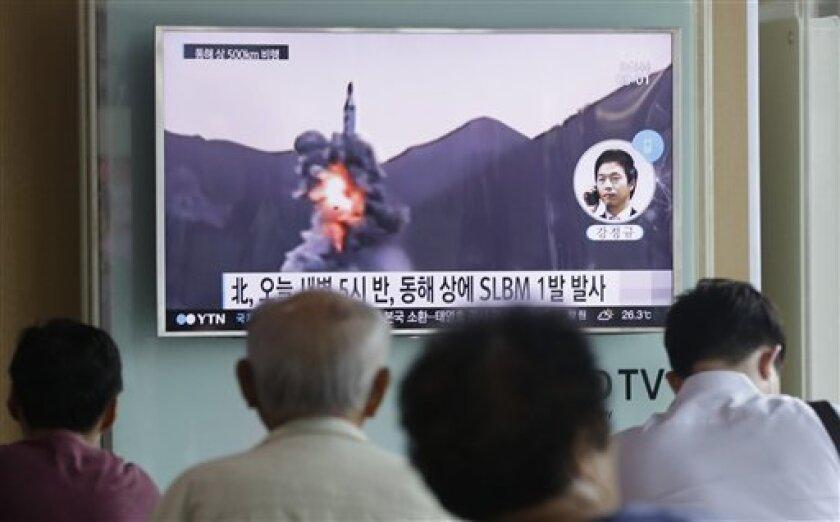 Algunas personas observan por televisión un noticiero que transmite una grabación de archivo de un misil balístico de Corea del Norte que esta nación afirma que lanzó desde un submarino, en una estación de tren en Seúl, Corea del Sur, el miércoles 24 de agosto de 2016.