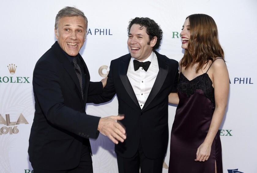 Gustavo Dudamel junto a Maria Valverde y el actor Christoph Waltz en el LA Phil Walt Disney Concert Hall.