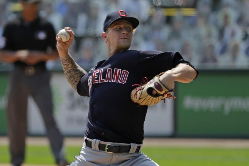 El pitcher Zach Plesac de los Indios de Cleveland lanza ante los Medias Blancas de Chicago