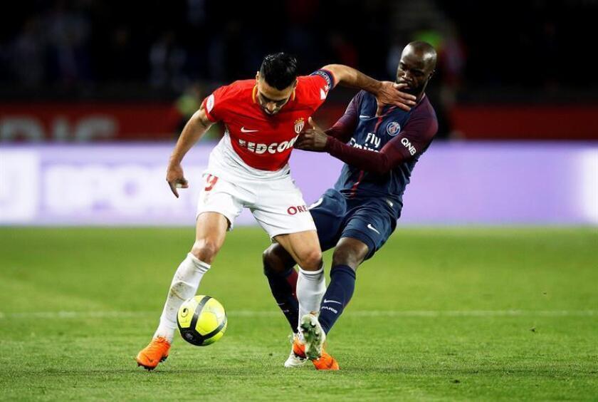 Lassana Diarra (d), jugador del Paris Saint-Germain, en acción durante un partido. EFE/Archivo