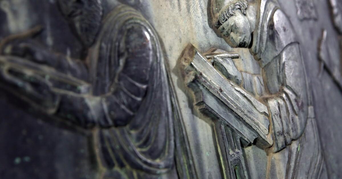 La escultura de la biblioteca perdida hace mucho tiempo, regresa a Los Ángeles, pero el misterio continúa