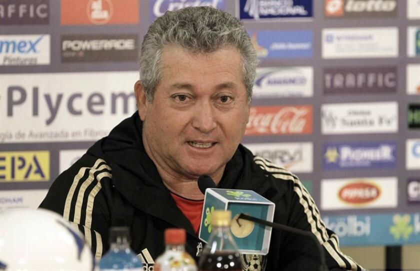 El entrenador del Querétaro del fútbol mexicano, Víctor Vucetich, aseguró hoy que para vencer el sábado al campeón Tigres en el torneo Clausura 2017 su equipo deberá ser inteligente y cuidarse de no dejar espacios. EFE/ARCHIVO