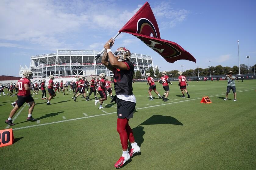 El quarterback Trey Lance, de los 49ers de San Francisco,
