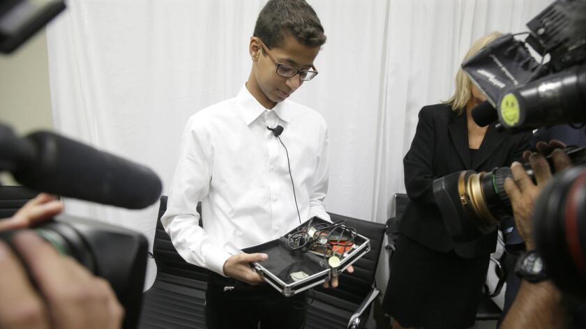 Después de la conferencia de prensa de este lunes, en Dallas, Ahmed Mohamed muestra a los reporteros el reloj que construyó en una caja de lápices escolar (LM Otero / Associated Press).