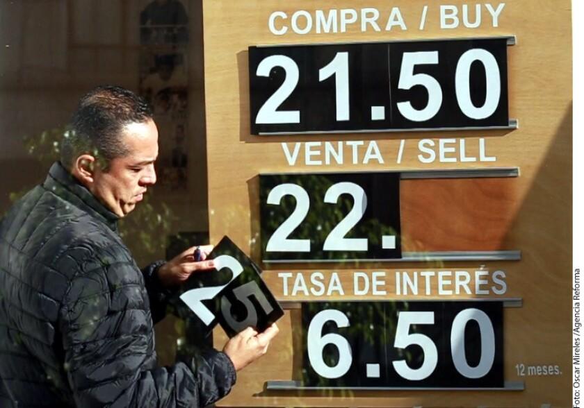 En sus operaciones al menudeo, la divisa estadounidense cerró con un avance de 5 centavos frente al nivel previo de 22.10.