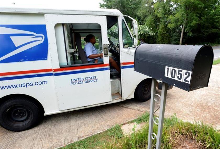 United States Postal Service letter carrier Letonya Lawson makes her deliveries. EFE/Archivo