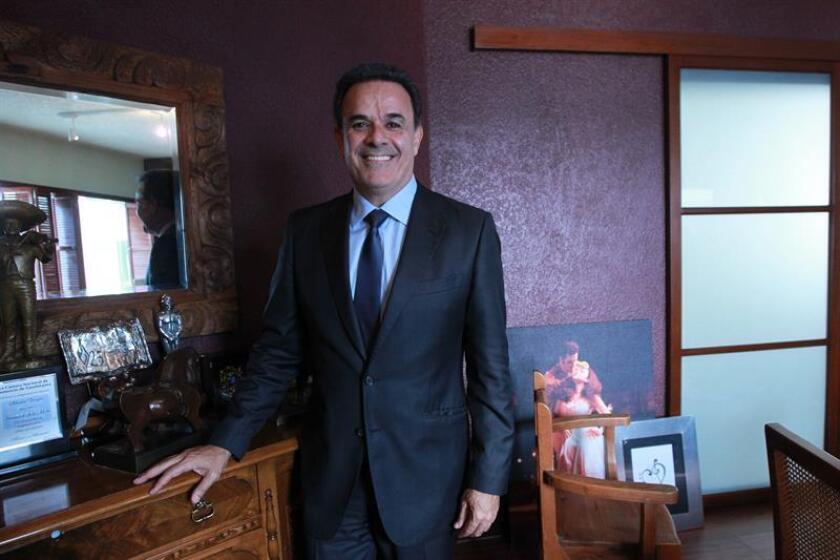Fotografía del 8 de noviembre de 2017, que muestra al tenor mexicano Fernando de la Mora posando durante una entrevista con Efe, en Ciudad de México (México). EFE