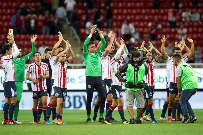 Jugadores de Chivas festejan su triunfo ante Necaxa hoy, martes 21 de agosto de 2018, durante un partido correspondiente a la sexta jornada del Torneo Apertura del fútbol mexicano, en el estadio Arkon, en Guadalajara (México). EFE