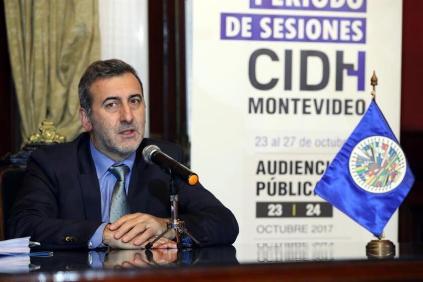 El relator especial para la Libertad de Expresión de la Comisión Interamericana de Derechos Humanos, Edison Lanza, participa durante la conferencia de prensa del viernes 20 de octubre de 2017, en Montevideo (Uruguay). EFE/Archivo