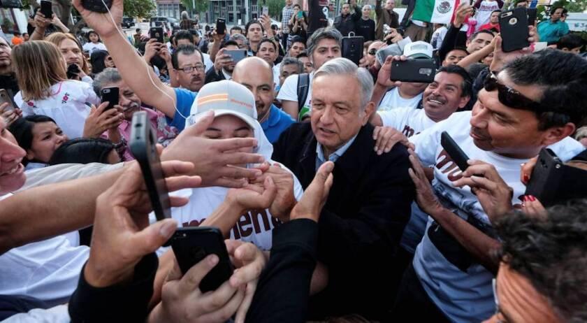 Andrés Manuel López Obrador en una reunión con migrantes mexicanos en Los Ángeles, California.