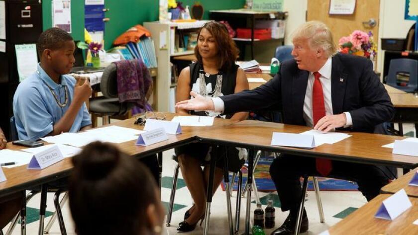Donald Trump estira su brazo para estrechar la mano de un estudiante, antes de un discurso sobre la elección llevado a cabo el 8 de septiembre de 2016 en el Cleveland Arts and Social Sciences Academy.