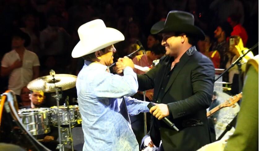 El cantante Julión Álvarez (der.) no defraudo a sus fans que llenaron el Domo Care.