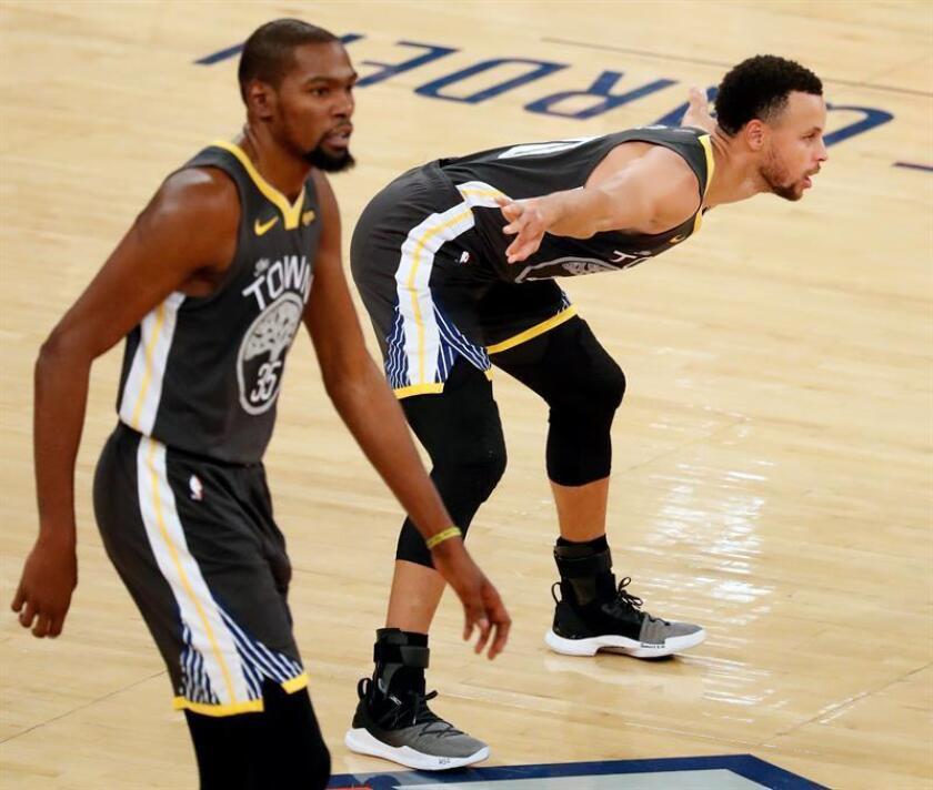 Los jugadores de los Golden State Warriors Stephen Curry (d) y Kevin Durant (i), durante un partido. EFE/Archivo