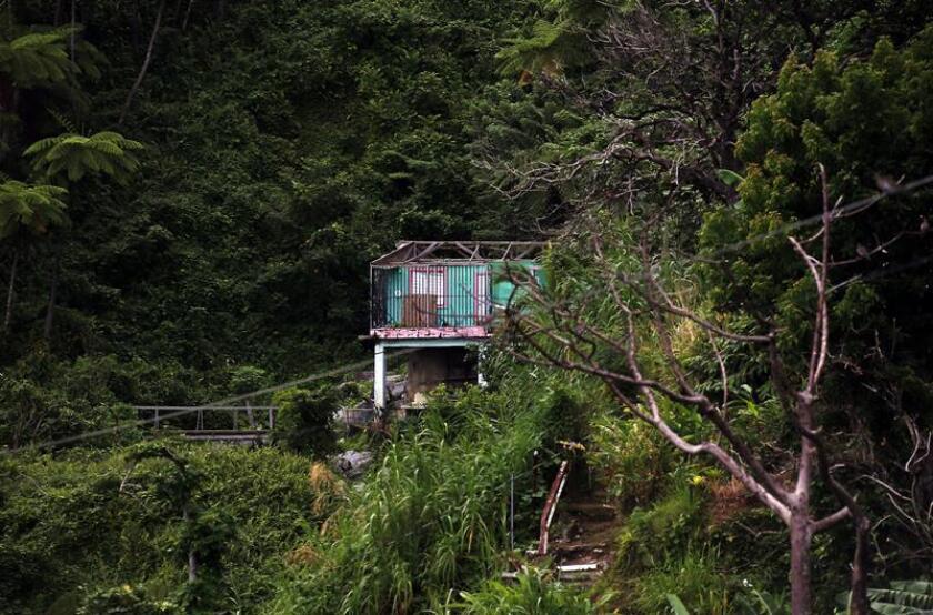 Fotografía que muestra una casa destrozada por el paso del huracán María, en el municipio de Naguabo (Puerto Rico). EFE/Archivo