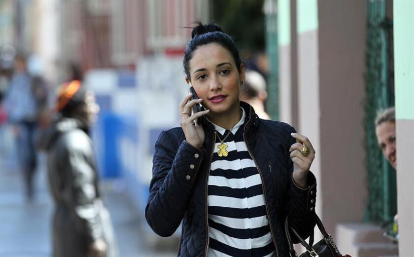 Una mujer habla por su teléfono celular en San Juan. EFE/Archivo