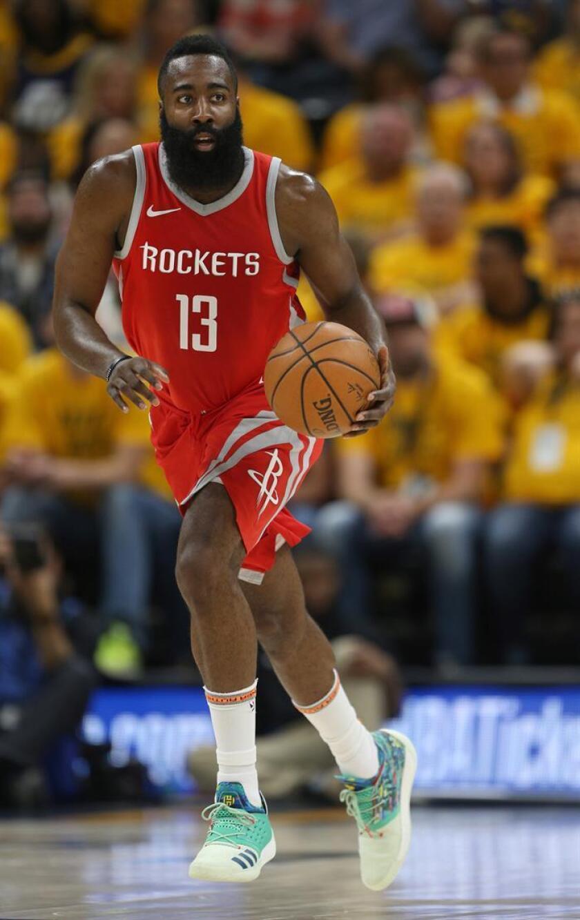 En la imagen un registro de James Harden, escolta estrella de los Rockets de Houston. EFE/Archivo
