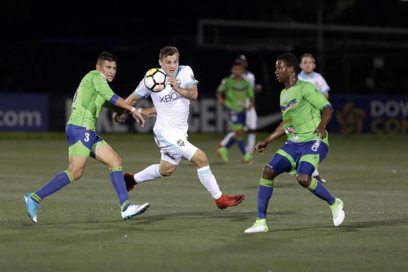 Jordan Morris (c) de Sounders disputa un balón con Roberto Domínguez (i) y Elieser Quiñonez (d) de Santa Tecla durante el partido de ida de octavos de final de la Liga de Campeones de la CONCACAF disputado entre el Santa Tecla de EL Salvador y el Seattle Sounders FC de EE.UU. EFE/Archivo