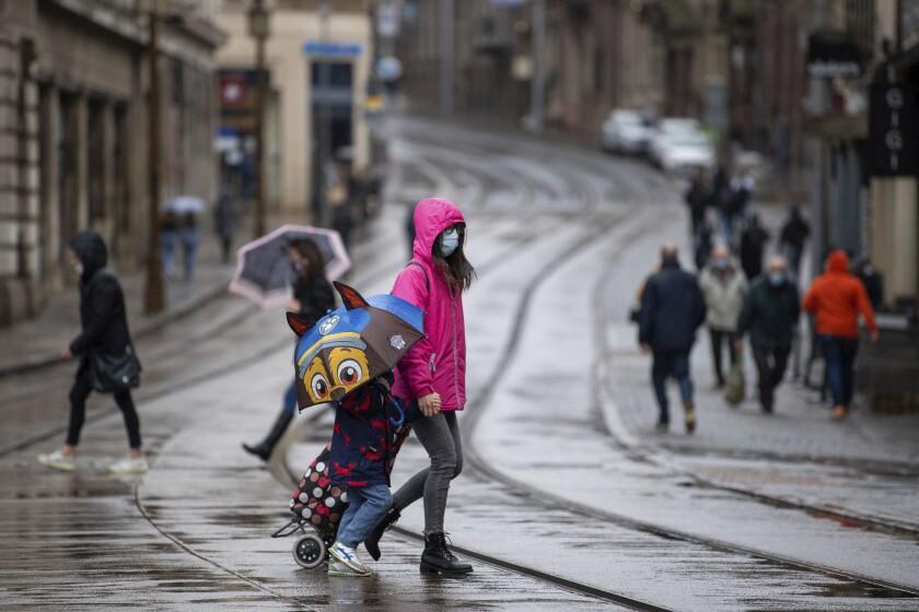 Unas personas caminan por una calle en un día lluvioso en Nottingham, Inglaterra, el 27 de octubre de 2020.
