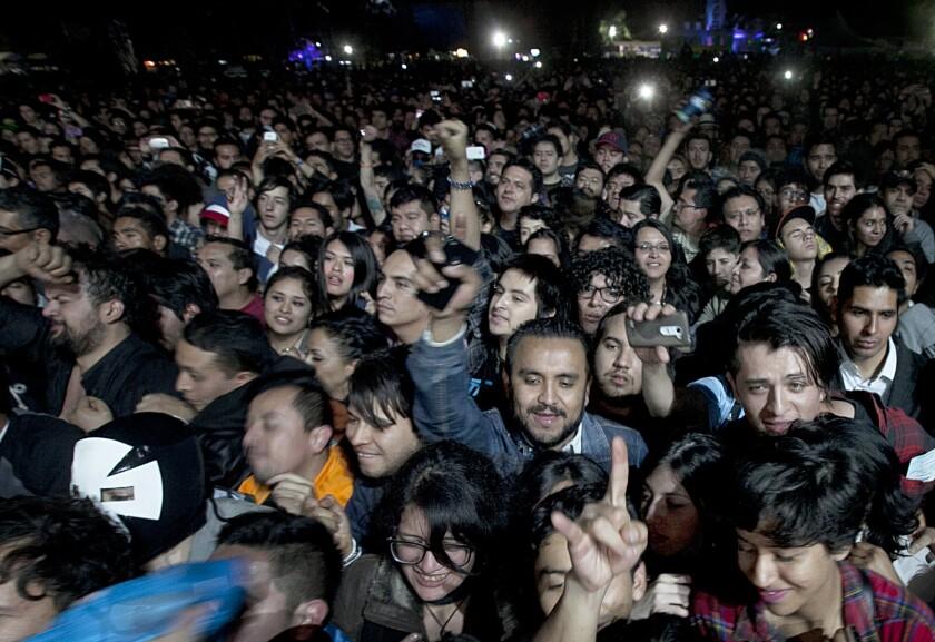 Admiradores en el concierto de Pixies en el Festival Corona Capital en la Ciudad de México el domingo 22 de noviembre de 2015. (Foto AP/Marco Ugarte)