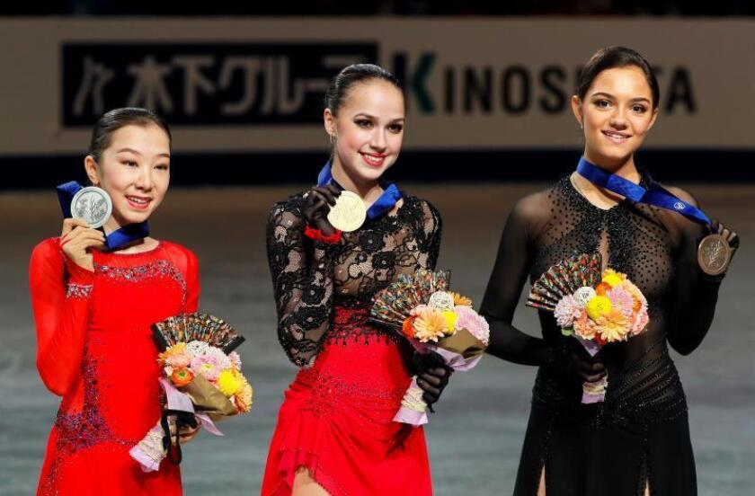 La rusa Alina Zagitova (c) celebra el oro junto a la segunda clasificada, la kazaja Elizabet Tursynbaeva (i), y la tercera clasificada, la rusa Evgenia Medevedeva (d), tras la prueba individual femenina de los campeonatos del mundo de patinaje artístico que se celebra este viernes en Saitama (Japón). EFE