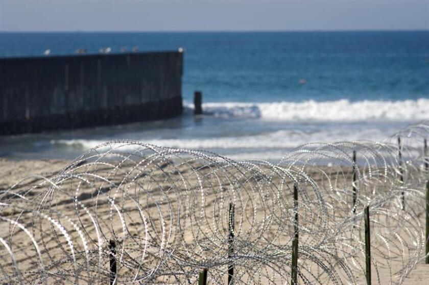 """Las autoridades locales y federales detuvieron hoy a diez personas, nueve de ellas inmigrantes indocumentadas, que desembarcaron en una embarcación tipo """"panga"""" en una playa del sur de California. EFE/ARCHIVO"""