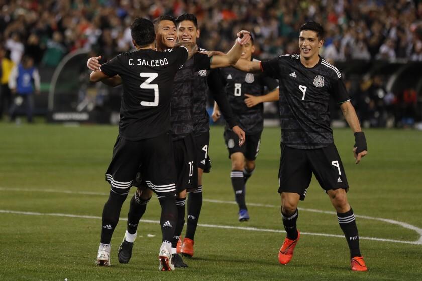 Los jugadores de México festejan un gol en un partido amistoso frente a Chile, el viernes 22 de marzo de 2019, en San Diego