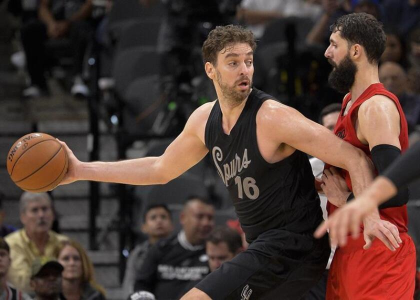 Pau Gasol (i) de los San Antonio Spurs disputa el balón con Nikola Mirotic de los Chicago Bulls hoy, domingo 25 de diciembre de 2016, en San Antonio, (EE.UU.). EFE