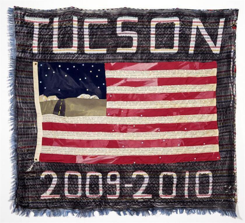 """Fotografía cedida por The Migrant Quil donde se aprecia la obra """"Sector Tucson 2009-2010, 253 muertos"""" realizada por Verni Greenfield de Portland (Oregón) y que forma parte de la muestra """"Hilos rotos, vidas desenredadas"""", que puede verse hasta el 20 de abril en el espacio que tiene el Centro de Poesía en la Universidad de Arizona (UA) en Tucson, Arizona. Utilizando como """"arma"""" aguja, hilo y pedazos de telas, los proyectos Colcha Migrante y Fuentes Rojas denuncian en el Centro de Poesía de la UA la muerte de cientos de migrantes en la frontera con México en su búsqueda del """"sueño americano"""". EFE/SOLO USO EDITORIA"""