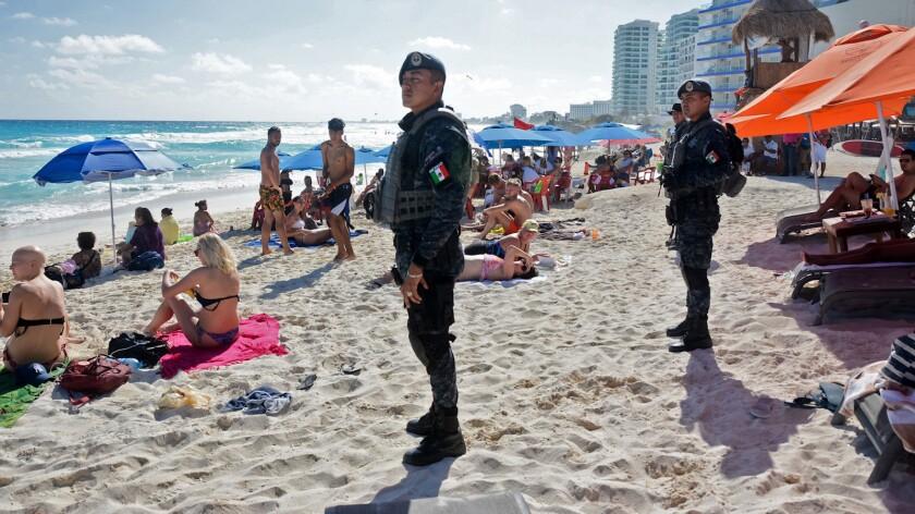 Soldados vigilan una playa en Cancún, México.